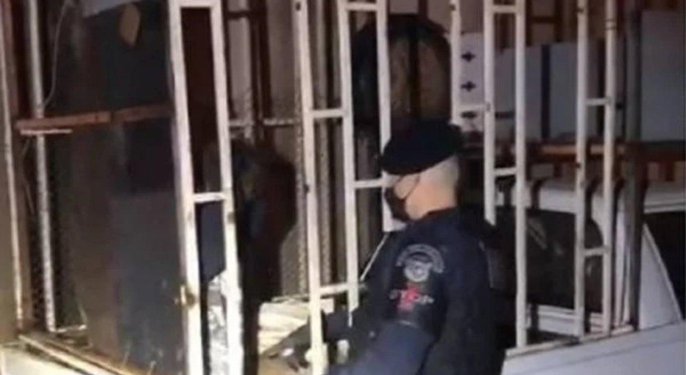 O menino foi encontrado dentro de uma jaula
