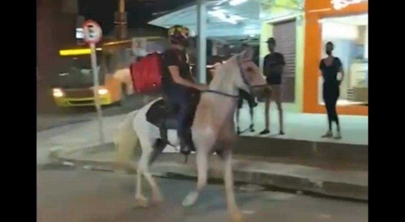 Homem deixa moto e faz entregas a cavalo