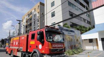 Segundo os Bombeiros, o fogo atingiu alguns setores de um escritório que funcionava no quarto andar