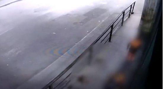 Vídeo: Homem é morto em frente à Estação de Prazeres, em Jaboatão dos Guararapes