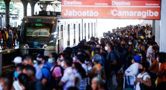 Movimentação intensa ocasiona aglomerações na Estação Central e TI Joana Bezerra do Metrô do Recife