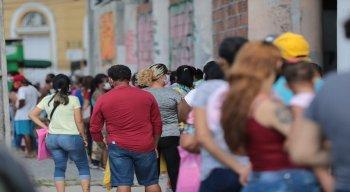 Dezenas de pessoas se aglomeraram em uma fila para a regularização no programa do Bolsa Família, na central, que fica na Rua do Imperador