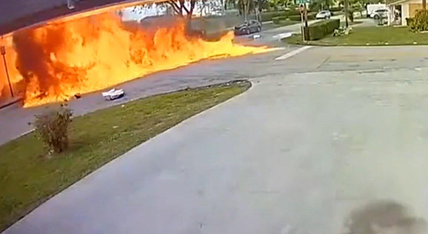 O avião caiu em uma avenida no momento em que um carro passava