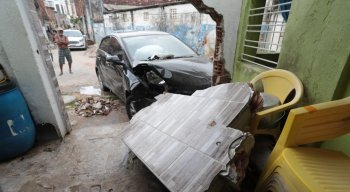 O veículo invadiu uma casa e derrubou uma parede do imóvel