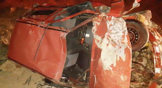 Acidente entre moto e carro deixa homem morto e três feridos na BR-104