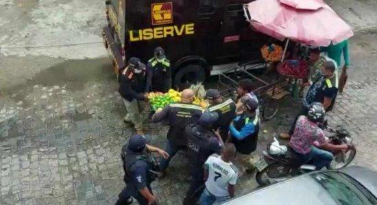 Agentes de fiscalização são flagrados em ação violenta contra ambulantes.