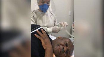 Irmão Lázaro canta com enfermeira antes de endoscopia.