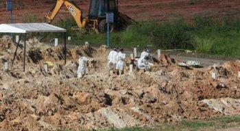 Covas sendo abertas no Cemitério Parque das Flores, no Recife