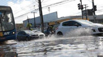 A água acumulada na avenida também acabou gerando problemas para o comércio da área