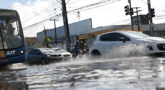 Apesar das chuvas fracas, alagamentos causam transtornos na Imbiribeira, Zona Sul do Recife