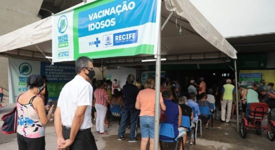 Por problemas no Conecta Recife, idosos arriscam a sorte e vão a centro de vacinação sem agendar para tentar se vacinar contra covid
