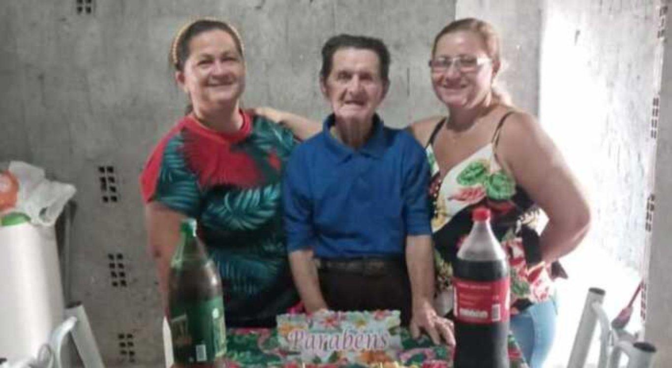 Antônio Manoel, de 115 anos, recebe a vacina contra a Covid-19