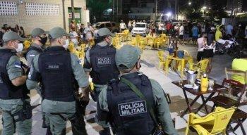 Equipes da polícia fiscalizam o cumprimento do decreto estadual.