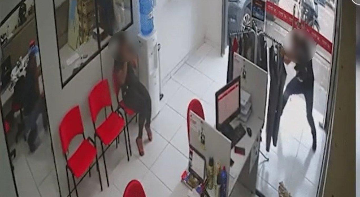 Mulher sobrevive a tiroteio durante assalto em loja