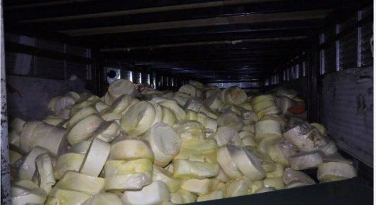 Homens são presos suspeitos de roubar caminhão carregado com 5,5 toneladas de queijo