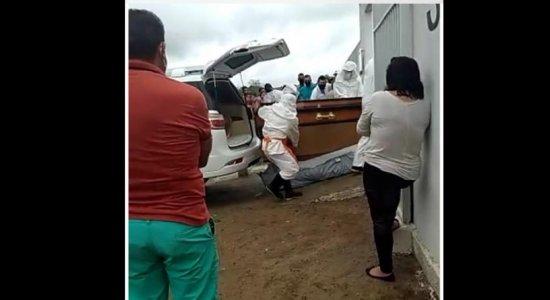 Corpo de homem morto com covid-19 cai de caixão no Agreste de Pernambuco, e família vai processar funerária