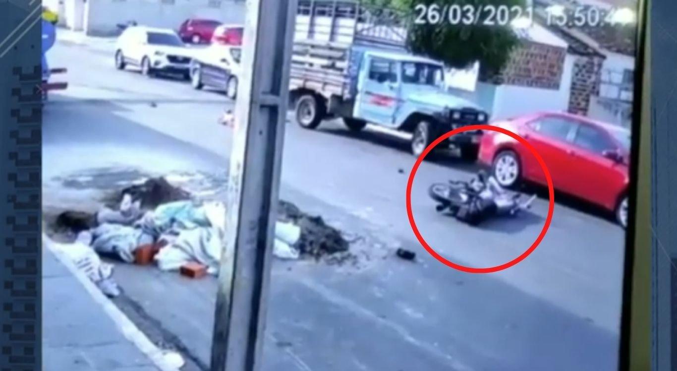 Idoso bateu a cabeça em carroceria de veículo estacionado.