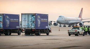 O voo com os insumos da vacina contra a covid-19 chegou no Aeroporto do Galeão, no Rio de Janeiro