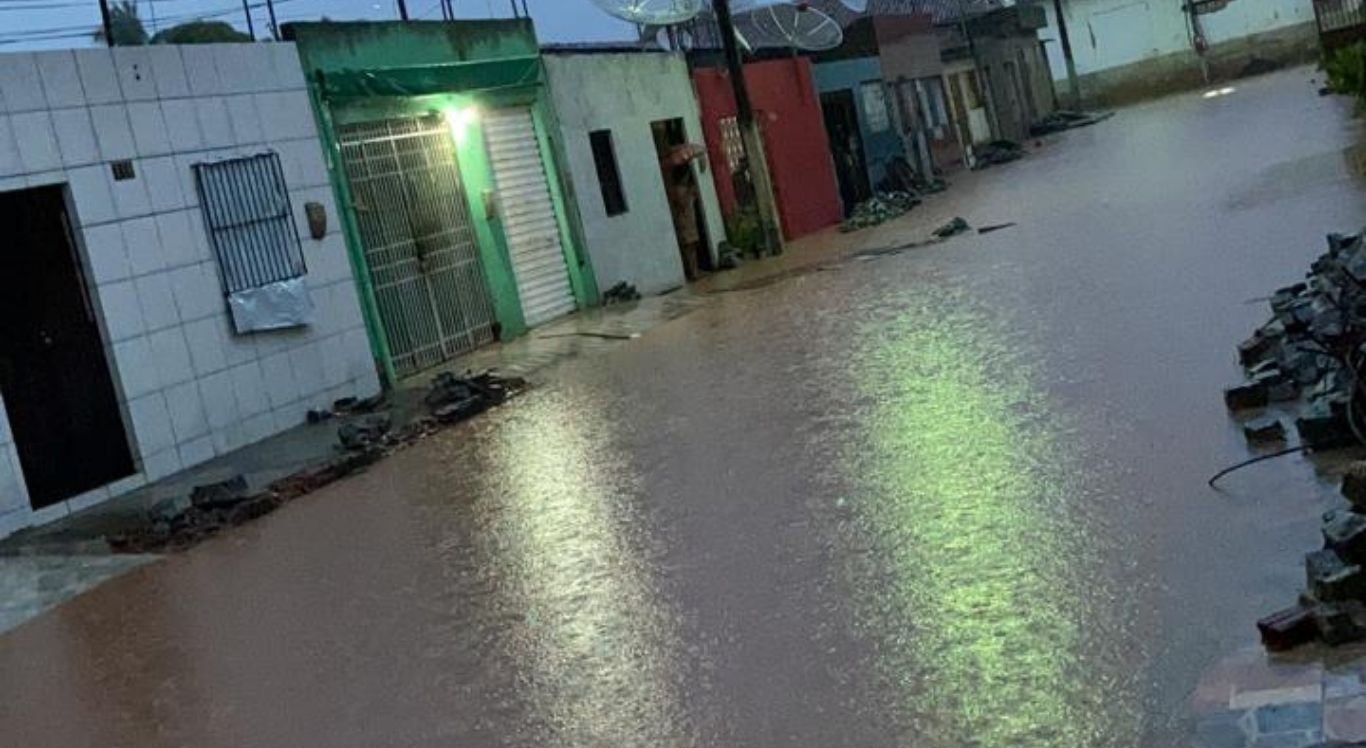 Rua fica alagada após chuva em Casinhas.
