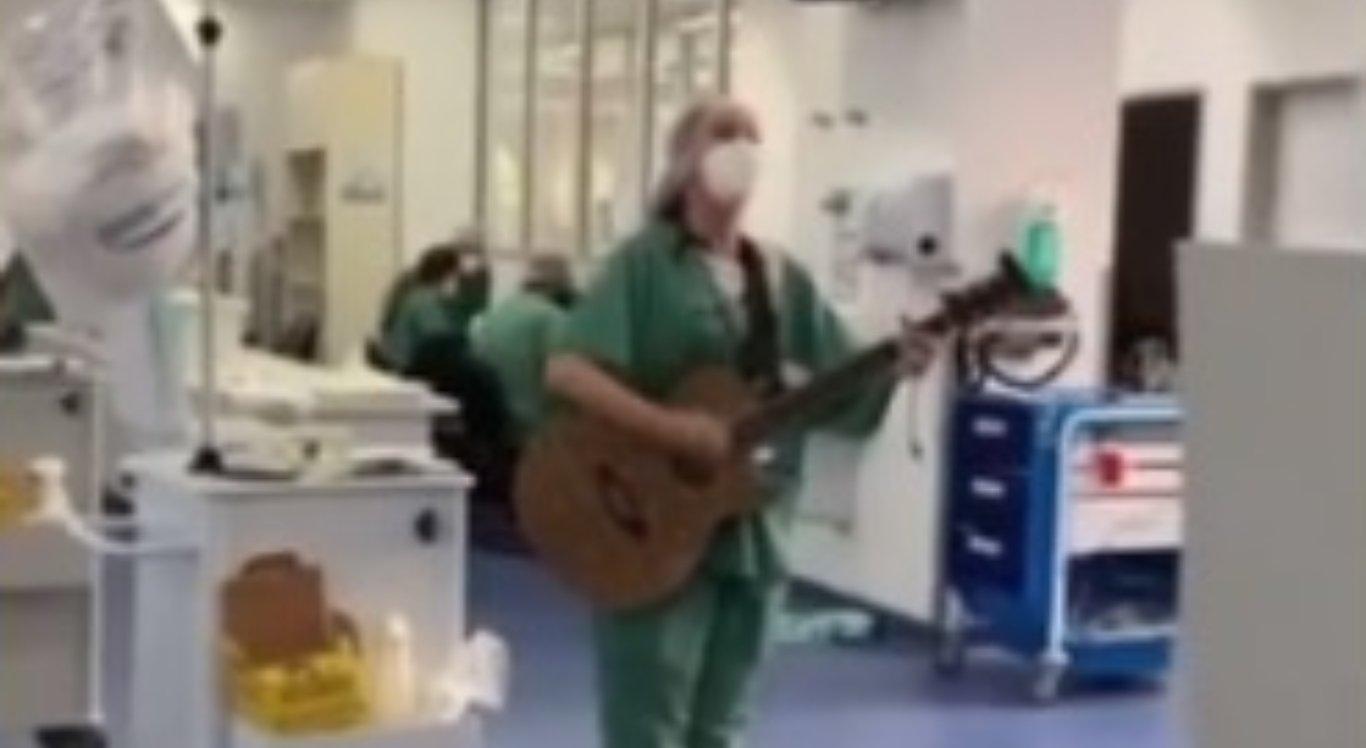Bruna Falluh canta e toca para pacientes com Covid-19 internados na UTI