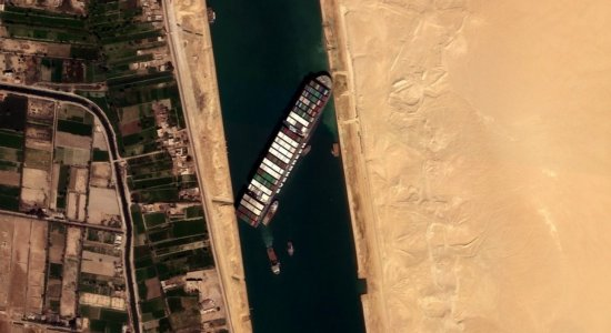 Meganavio encalhado volta a flutuar no canal de Suez; Prejuízo é bilionário