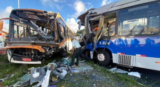 Acidente deixa motorista de ônibus preso nas ferragens e passageiros feridos, em Olinda; veja fotos
