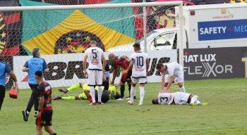 Carlos Eduardo, goleiro do Sport, se machucou após choque com o zagueiro Lucão, do Central