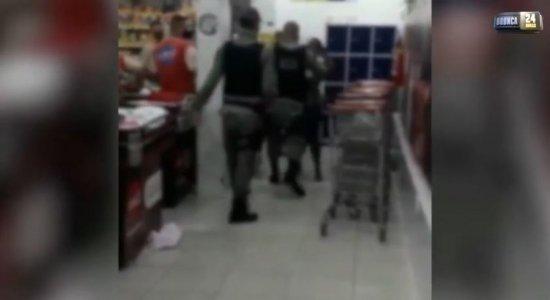 Vídeo: Mulher agride policial dentro de mercado e leva murro, em Paulista