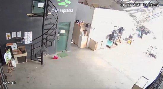 Laje de empresa desaba e atinge prédio vizinho no bairro da Imbiribeira; veja vídeo