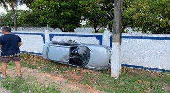 Carro se chocou contra o muro da Escola de Aprendizes-Marinheiros, em Olinda