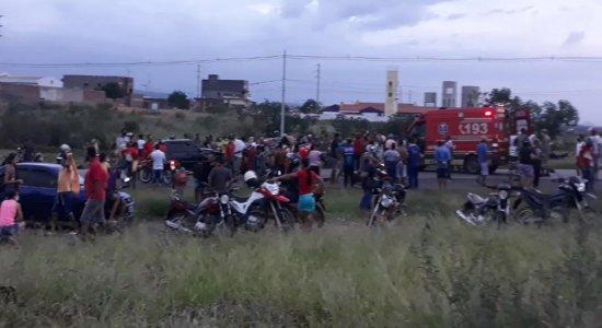 Acidente entre caminhonete e dois carros deixa 13 pessoas feridas na BR-232