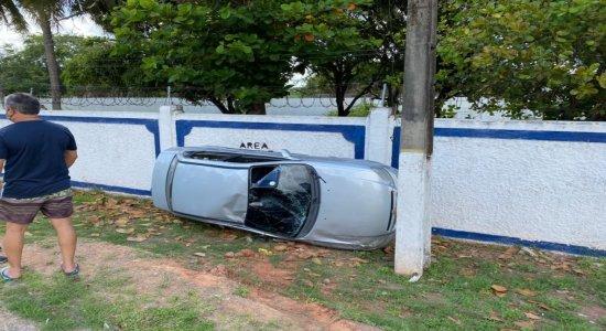 Carro capota e vai parar no muro da Escola de Aprendizes-Marinheiros, em Olinda