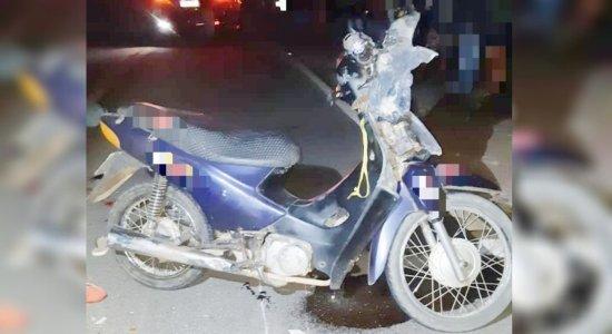 Casal trafega em uma moto quando colidiram com duas bicicletas.