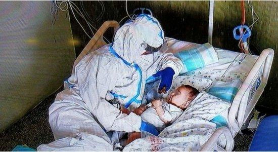 O momento em que a enfermeira, paramentada, cuida do bebê se tornou símbolo da luta contra a Covid-19.