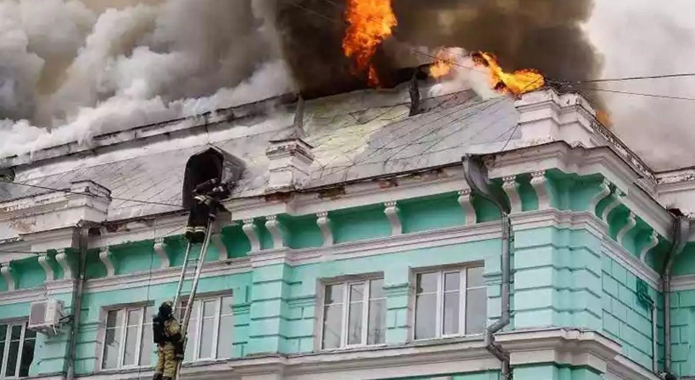 Hospital pega fogo na Rússia e cirurgiões continuam a operar o coração de um paciente.