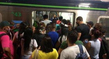 Horário de pico na Estação Joana Bezerra, na Zona Sul do Recife