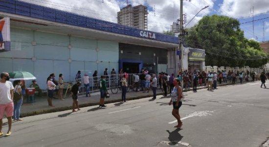 Trabalhadores formam fila e se aglomeram em busca do auxílio emergencial em Petrolina; saques não estão disponíveis