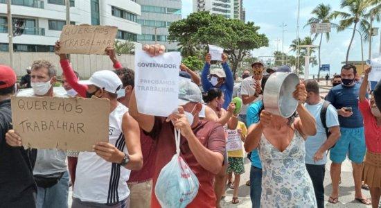 Ambulantes protestam pedindo liberação do comércio nas praias do Recife