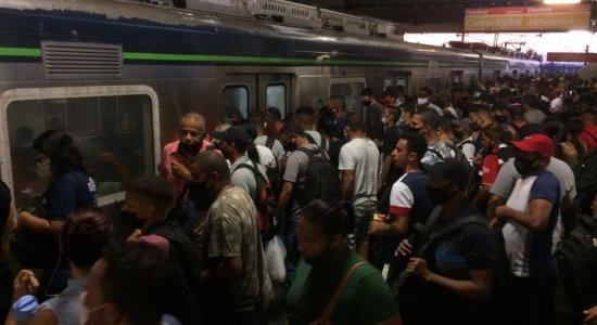 Com paralisação da Linha Sul, usuários do Metrô do Recife enfrentam superlotação
