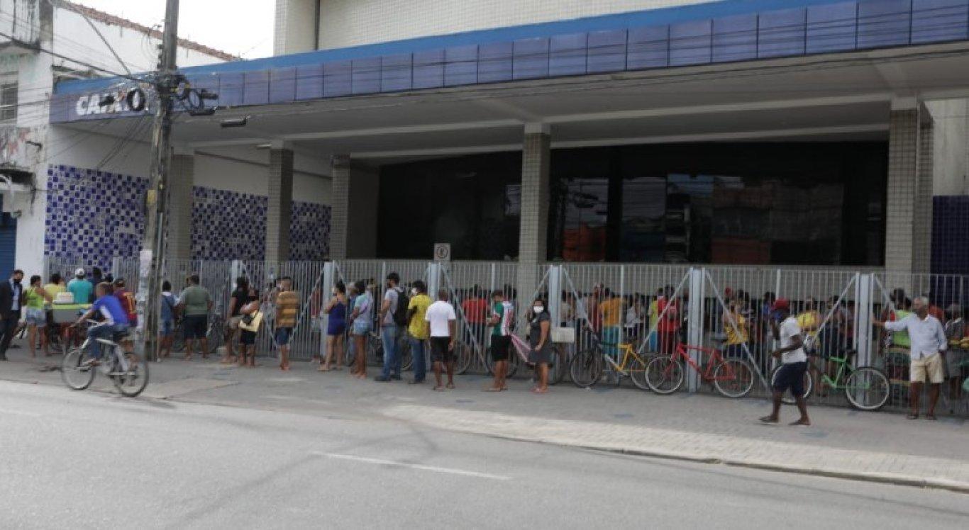 Em Afogados, população se aglomerou na frente de uma agência da Caixa Econômica Federal