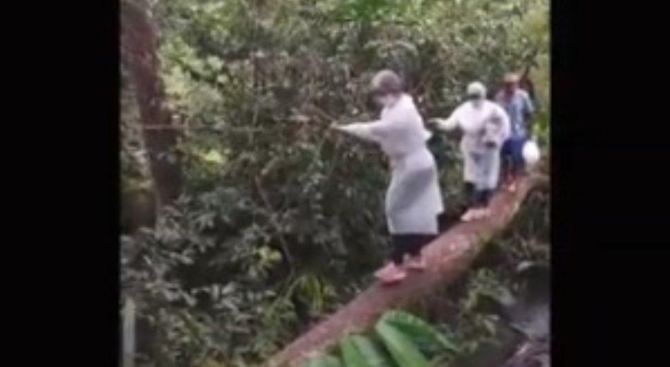 A equipe médica se equilibrou no tronco para vacinar pessoas contra Covid-19