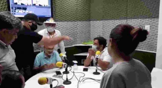 Homens invadem estúdio de rádio e ameaçam agredir radialista que criticou Bolsonaro no Agreste; veja vídeo