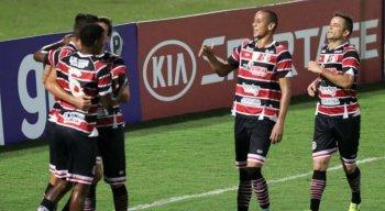 Derley (C) reestreou com a camisa do Santa Cruz na vitória diante do Vera Cruz, pelo Pernambucano