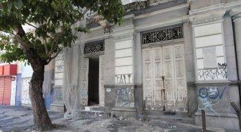 Além do grande número de famílias carentes nas ruas, o Centro do Recife enfrenta uma outra dificuldade: a falta de manutenção dos espaços públicos