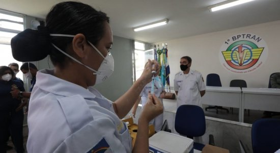 Policiais militares começam a ser imunizados contra covid-19 em Pernambuco