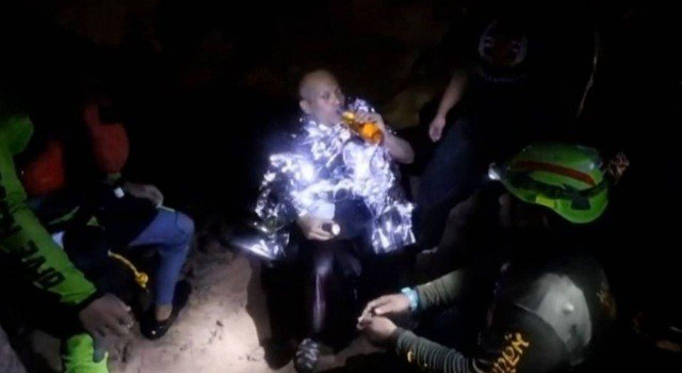 Monge budista é resgatado de caverna inundada na Tailândia.