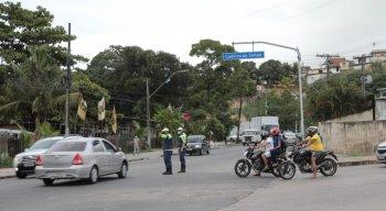 De acordo com moradores,o trânsito começou depois que o retorno da BR foi fechado.