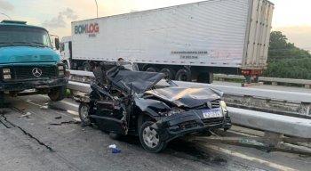 O carro da família foi totalmente destruído após o acidente na BR-101