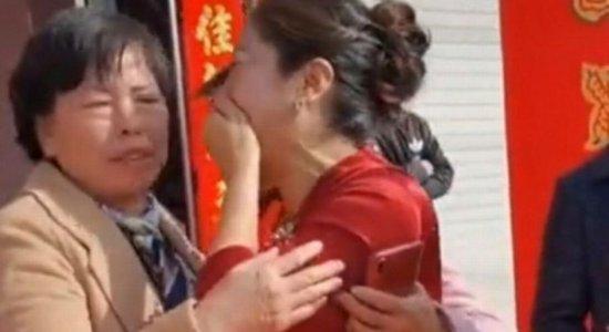 Noiva descobre que é filha da sogra durante casamento e se emociona