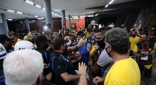 Antes do início da contagem dos votos, muito tumulto na sede do Sport; veja as imagens